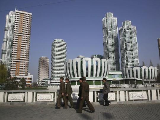 Người dân Triều Tiên đi trên đường Ryomyong. Ảnh: AP