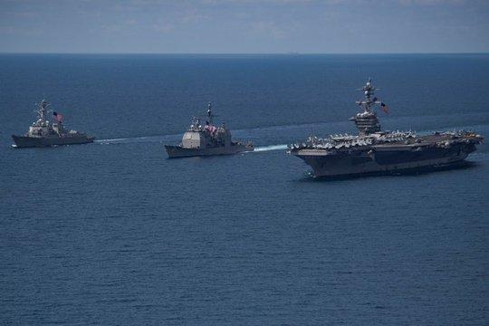 Tàu sân bay Carl Vinson (phải) ở Ấn Độ Dương vào tuần trước. Ảnh: Bộ Quốc phòng Mỹ