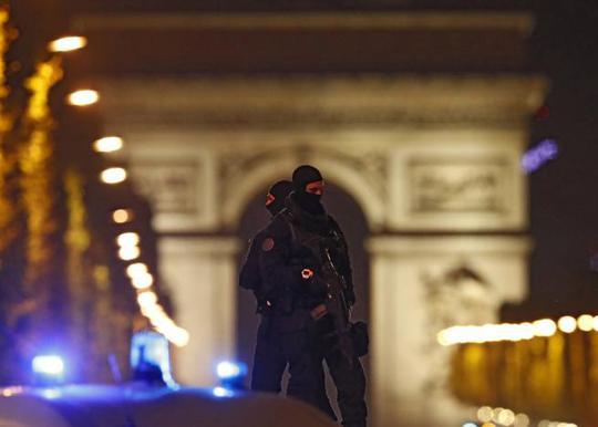 Cảnh sát tuần tra sau vụ tấn công. Ảnh: REUTERS