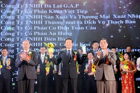 Ông Nguyễn Hồng Sơn (giữa), Phó Tổng Giám đốc Chubb Life Việt Nam, đại diện nhận hai danh hiệu dành cho cá nhân và tập thể