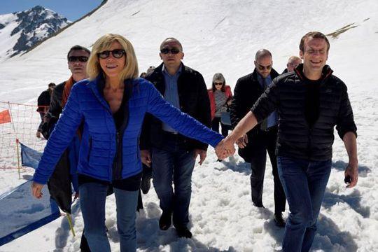 Ứng viên tổng thống Pháp Emmanuel Macron (phải) và vợ. Ảnh: Reuters