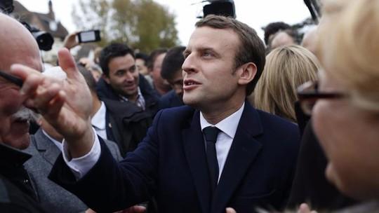 Ông Emmanuel Macron rời điểm bỏ phiếu ở Le Touquet ngày 23-4. Ảnh: EPA