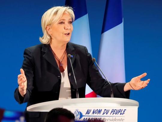 Ứng viên tổng thống Pháp Marine Le Pen hôm 24-4 tuyên bố tạm thời từ chức lãnh đạo đảng Mặt trận Dân tộc (FN) cực hữu. Ảnh: Reuters