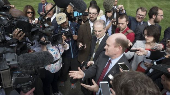 Các thượng nghị sĩ Mỹ nói trước báo chí sau cuộc họp về Triều Tiên. Ảnh: EPA