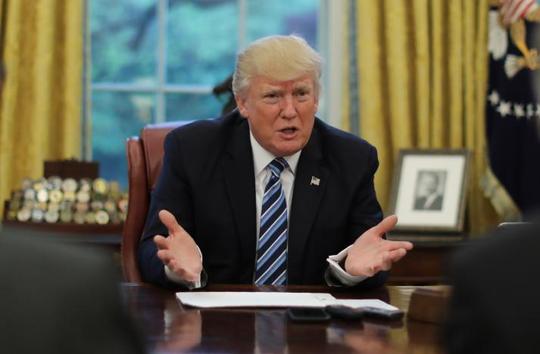 Tổng thống Trump trong cuộc phỏng vấn với Reuters tại Phòng Bầu dục hôm 27-4. Ảnh: Reuters