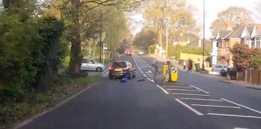 Clip: Bé trai thoát chết thần kỳ sau cú lao xe scooter vào ôtô - Ảnh 2.