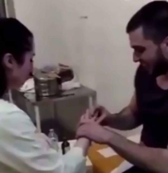 Rạch bụng giấu nhẫn bên trong để cầu hôn bạn gái làm y tá - Ảnh 3.