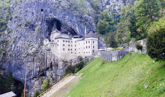Lâu đài cổ tích nằm trong vách đá - Ảnh 1.