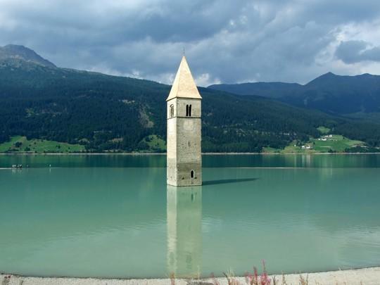Những hồ nước kỳ lạ trên thế giới - Ảnh 2.