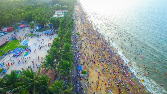 Gần 200.000 du khách tắm biển cầu may - Ảnh 1.