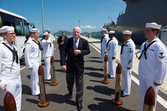 Thượng nghị sĩ John McCain thăm tàu khu trục Mỹ tại Cam Ranh - Ảnh 1.