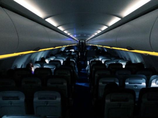 Vì sao máy bay tắt bớt đèn lúc cất và hạ cánh - Ảnh 1.
