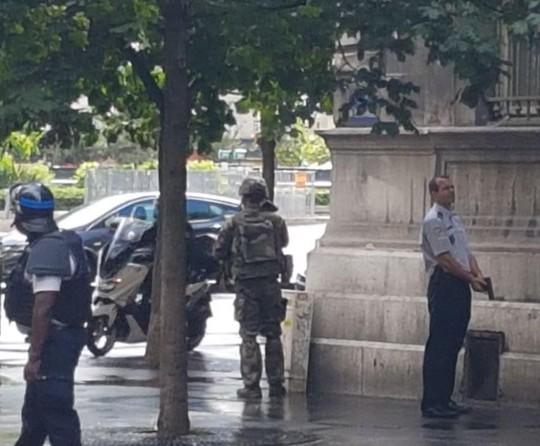 Tấn công bằng búa ngoài Nhà thờ Đức Bà Paris - Ảnh 1.