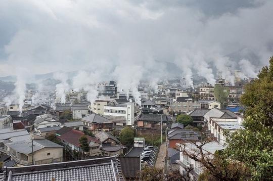 Thị trấn lúc nào cũng sôi sùng sục ở Nhật Bản - Ảnh 2.