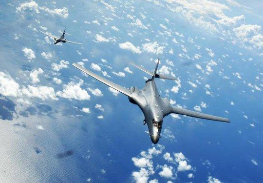 Không quân, hải quân Mỹ mài kỹ năng chiến đấu ở biển Đông - Ảnh 1.