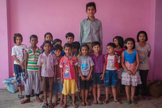 Cậu bé 8 tuổi cao gần 2m, gấp đôi các bạn cùng lớp - Ảnh 2.