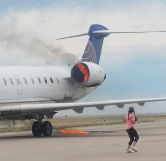 Mỹ: Máy bay cháy động cơ khi vừa hạ cánh - Ảnh 1.