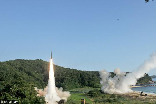 Mỹ - Hàn tập trận tên lửa đạn đạo dằn mặt Triều Tiên - Ảnh 1.