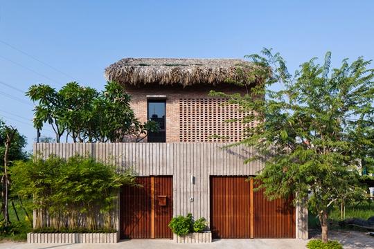 Bí ẩn sang chảnh trong ngôi nhà mái lá giữa Sài Gòn - Ảnh 1.