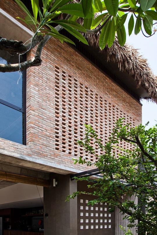 Bí ẩn sang chảnh trong ngôi nhà mái lá giữa Sài Gòn - Ảnh 2.