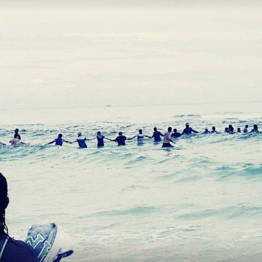 80 người kết hàng rào sống cứu gia đình gặp nạn trên biển - Ảnh 2.