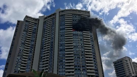 Mỹ: Cháy tòa nhà 36 tầng, 3 người thiệt mạng - Ảnh 1.