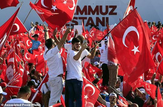 Tổng thống Thổ Nhĩ Kỳ thề lấy đầu kẻ phản bội - Ảnh 3.