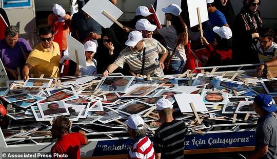 Tổng thống Thổ Nhĩ Kỳ thề lấy đầu kẻ phản bội - Ảnh 7.