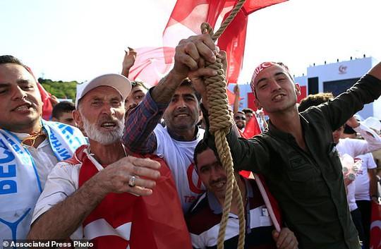 Tổng thống Thổ Nhĩ Kỳ thề lấy đầu kẻ phản bội - Ảnh 5.