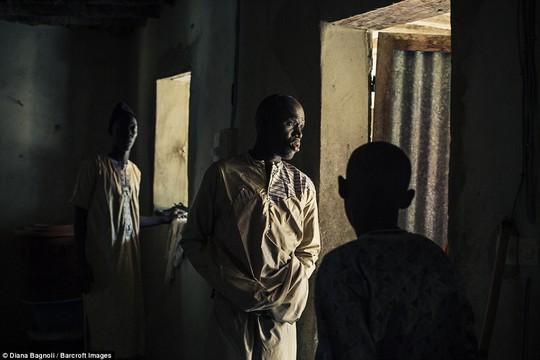 Để được kết hôn, nam thanh niên Senegal sống trong rừng một tháng - Ảnh 1.