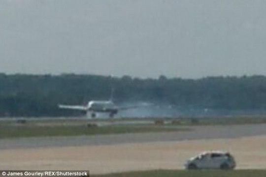 Nổ lốp sau khi cất cánh, máy bay hạ cánh khẩn cấp - Ảnh 1.