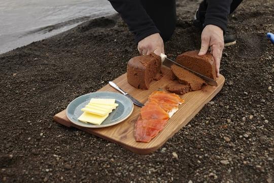 Bánh mì nướng dưới lòng đất ở Iceland - Ảnh 2.
