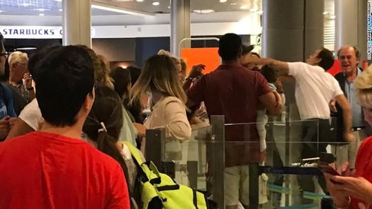 Bị hỏi nhiều, nhân viên sân bay đấm hành khách bế em bé - Ảnh 1.