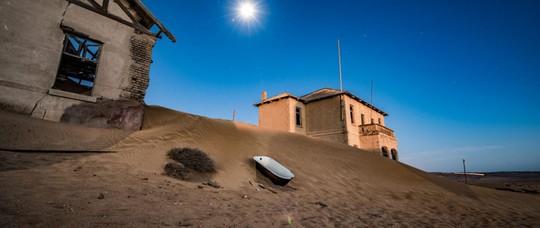 Vẻ kỳ bí của thị trấn bỏ hoang bị sa mạc nuốt chửng - Ảnh 1.