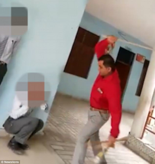 Ấn Độ: Hiệu trưởng đánh học sinh ngất xỉu - Ảnh 1.
