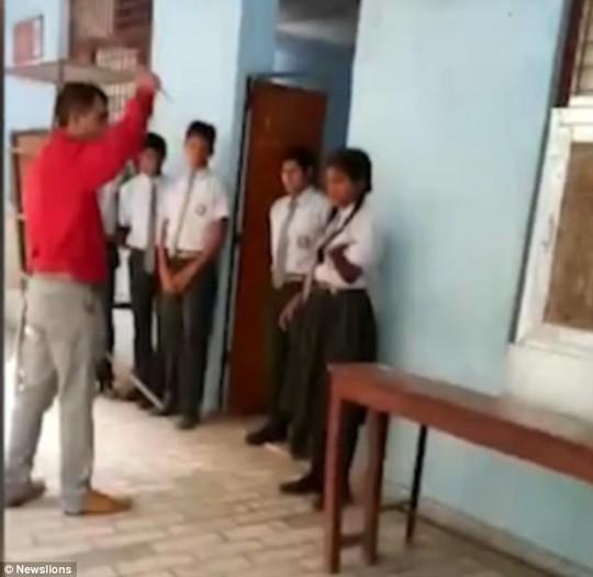 Ấn Độ: Hiệu trưởng đánh học sinh ngất xỉu - Ảnh 2.