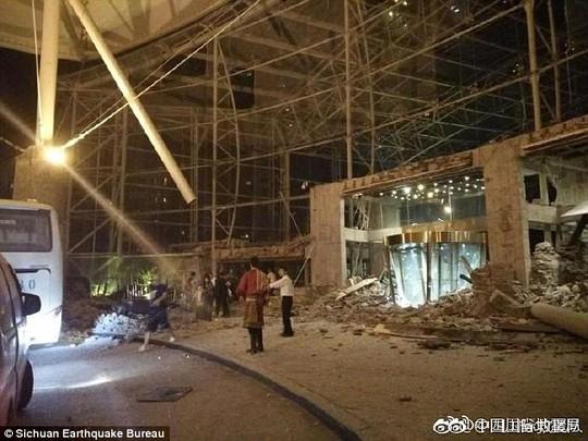 Động đất Trung Quốc, hàng trăm người thương vong - Ảnh 3.