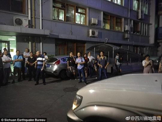 Động đất Trung Quốc, hàng trăm người thương vong - Ảnh 5.