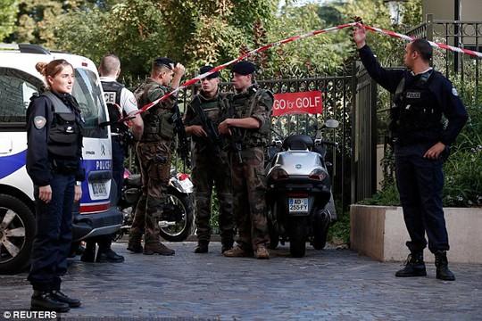 Xe lao vào binh sĩ tuần tra tại ngoại ô Paris - Ảnh 1.