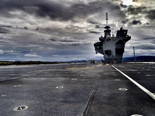 Chiến hạm Hải quân Hoàng gia Anh bẽ mặt vì drone - Ảnh 2.