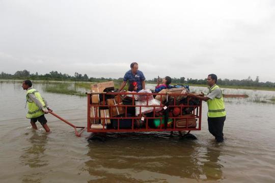 Nepal: Lũ lụt nghiêm trọng, người dân sơ tán bằng voi - Ảnh 6.