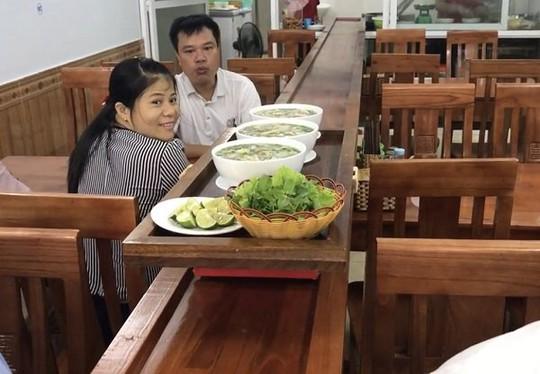 Quán phở lạ nhất Việt Nam: Phở tự chạy ra mời khách! - Ảnh 2.