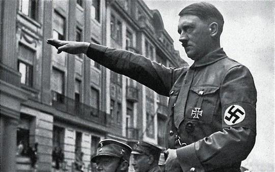 Đức: Chào kiểu Hitler, du khách Mỹ bị đấm liên tục - Ảnh 1.
