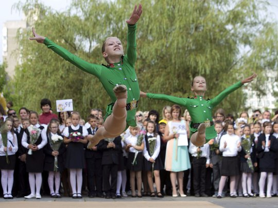 Chùm ảnh đẹp về ngày tựu trường ở 12 quốc gia trên thế giới - Ảnh 2.