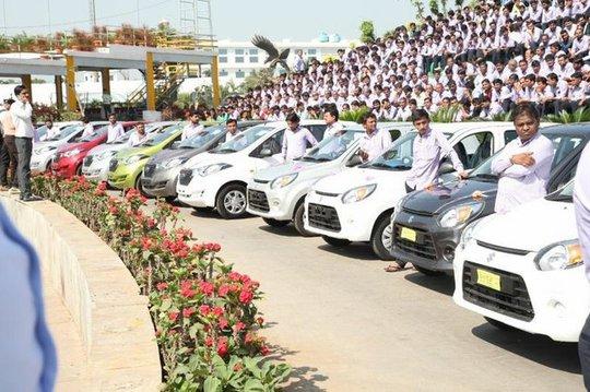 Ông chủ mua 1.260 xe hơi, 400 căn hộ tặng nhân viên - Ảnh 2.