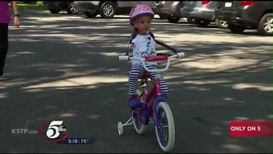 Cô bé không tay lái được xe đạp - Ảnh 1.