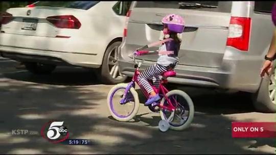 Cô bé không tay lái được xe đạp - Ảnh 2.