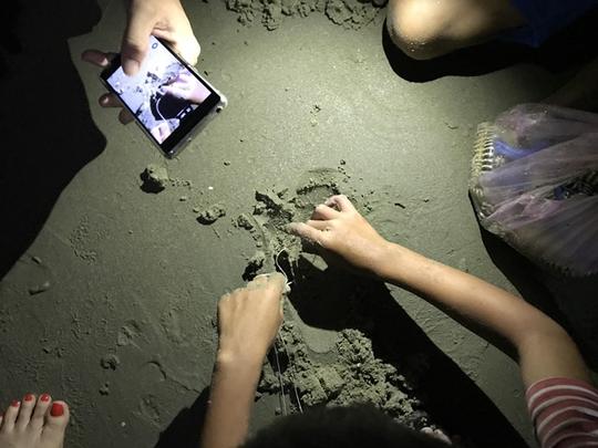 Vua nhí câu tôm tích trên bãi biển Vũng Tàu - Ảnh 2.