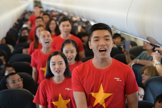 Mừng Tết Độc lập, khách Vietjet được nhận quà và cùng hát acapella - Ảnh 3.