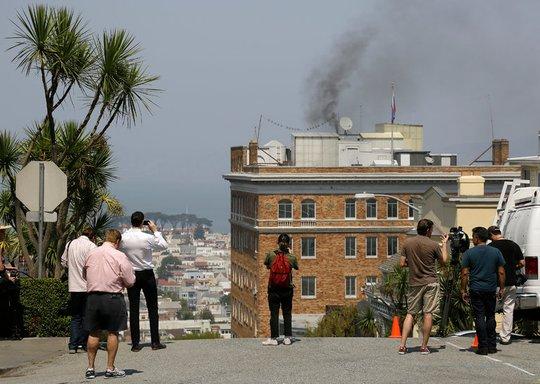 Mỹ: Thuyết âm mưu quanh cột khói tại lãnh sự quán Nga - Ảnh 1.